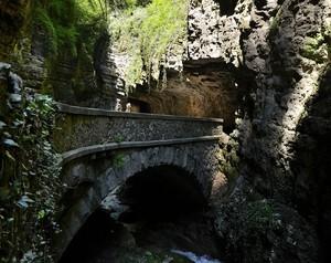 Uno dei Ponti della strada nella Roccia