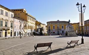 La piazza sotto il sole dell'estate