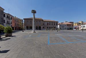 Solitudine in Piazza Risorgimento