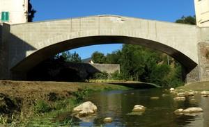 Il vecchio ponte restaurato e già cadente