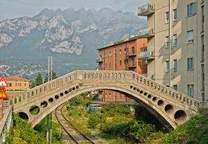 Ponte Malgrate e come sfondo il Resegone