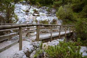 Per attraversare la piccola cascata