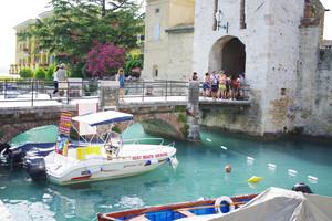 … non trovo mai un posto dove lasciare la barca…quasi quasi la lascio qui!