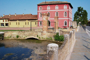 Ponte sulla piazza di Villa Mocenigo – fraz.Alvisopoli (VE)