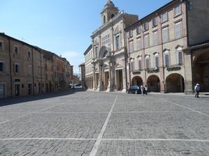 Piazza del Popolo, con la Collegiata