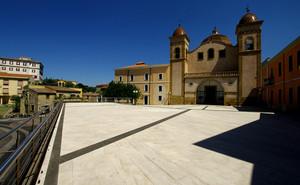 La piazza davanti alla chiesa