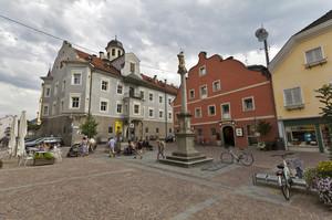Piazza di Brunico su via centrale