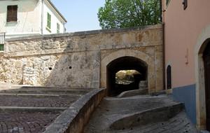 Piccolo ponte dietro alla fontana