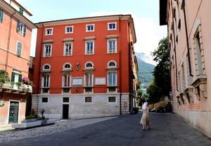 Attraversando Piazza Accademia