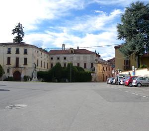 La piazza di Suno