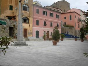 Piazza del Castagneto a Poggio frazione di Marciana