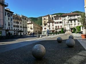 Le sfere di piazza Volta.
