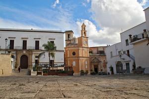 La Piazza con l'Orologio della chiesa