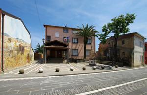 Piazza del Municipio tra due Murales