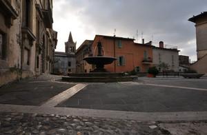 arriva la sera su Piazza Risorgimento a Collescipoli