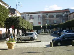 la piazza col monumento ai caduti (ma il paese è altrove…)