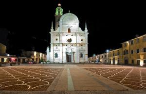 Una notte tranquilla in Piazza della Basilica