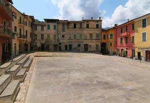 Piazza Castello a Pigna