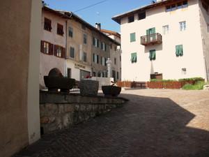 La piccola piazza davanti alla chiesa