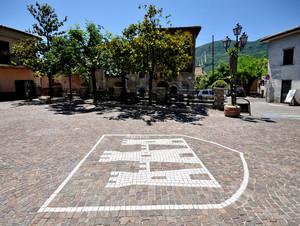 """uno stemma """"castellesco"""" in Piazza Dante"""