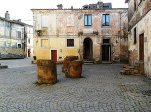 La Piazza con i divani di pietra.
