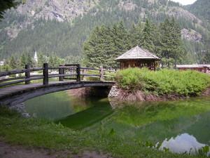 Gressoney, ponte nel parco
