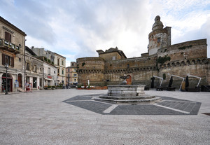 un castello, una fontana  e altro in Piazza Barbacani