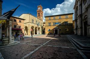 piazza centrale, dalla strana forma a trapezio