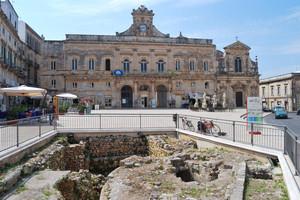 la piazza principale di Ostuni