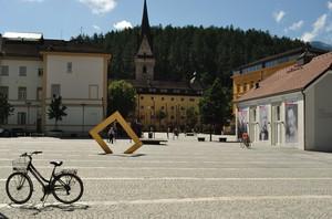 Ein Fahrrad auf dem Platz