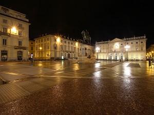 Una notte di pioggia in piazza Bodoni