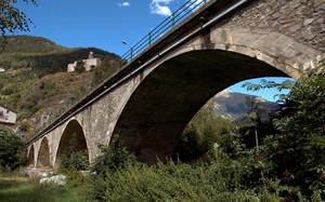 Un ponte in pietra sotto Sant'Agnese