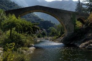 Là dove l'acqua luccica sotto un ponte bellissimo