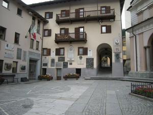 Valtournenche, piazza della Chiesa S.Antonio, municipio, e targhe guide alpine