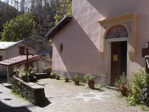 piazzetta davanti alla chiesa di Upega