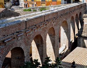un ponte canale sulla città
