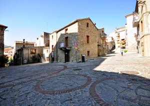 dal piazzale del Monastero si sale al borgo antico