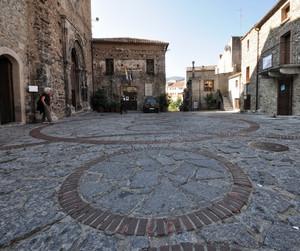 cerchio e ancora cerchio in piazzale monastero