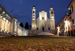 La piazza dominata dalla Basilica