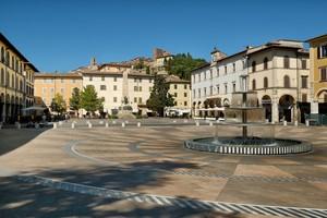 Piazza e veduta sul Borgo Antico
