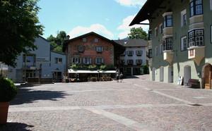 La piazza di un bel borgo
