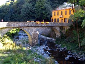 Camino acceso al ponte per Cavanna