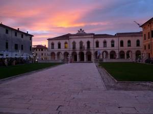 Il tramonto si accende di rosa