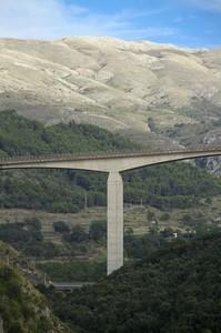 Ponte tra i monti