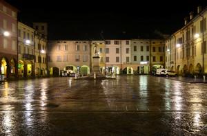La notte, la pioggia, la piazza