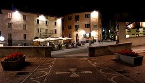 """Immagine notturna di una """"Piazza"""" di Bormio"""