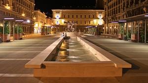 Una piazza triestina in notturna