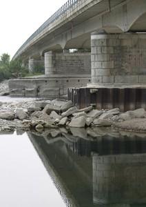 la calma sotto il ponte
