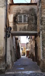 Ponte tra case in Via De Lillo