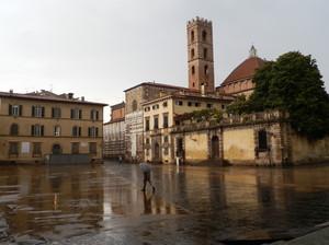 Piazza San Martino sotto la pioggia